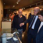Galindo explica a Felipe y Cerdán los objetos mostrados en uno de los expositores. I.C.