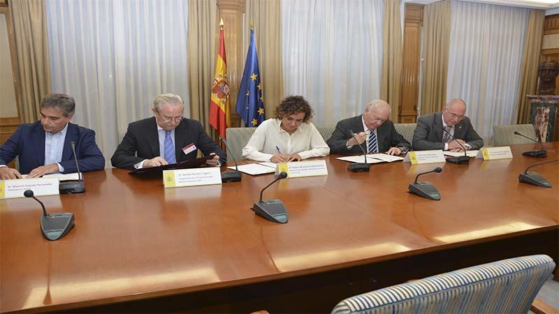 Representantes de la profesión Enfermera y Médica, firman, junto con la Ministra de Sanidad el acuerdo.